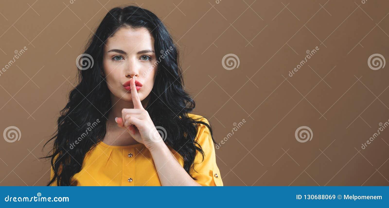 Jonge vrouw die een stil gebaar maakt