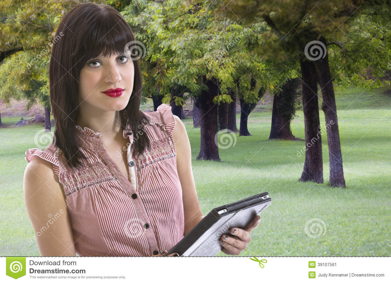 Jonge vrouw die elektronische tablet houden