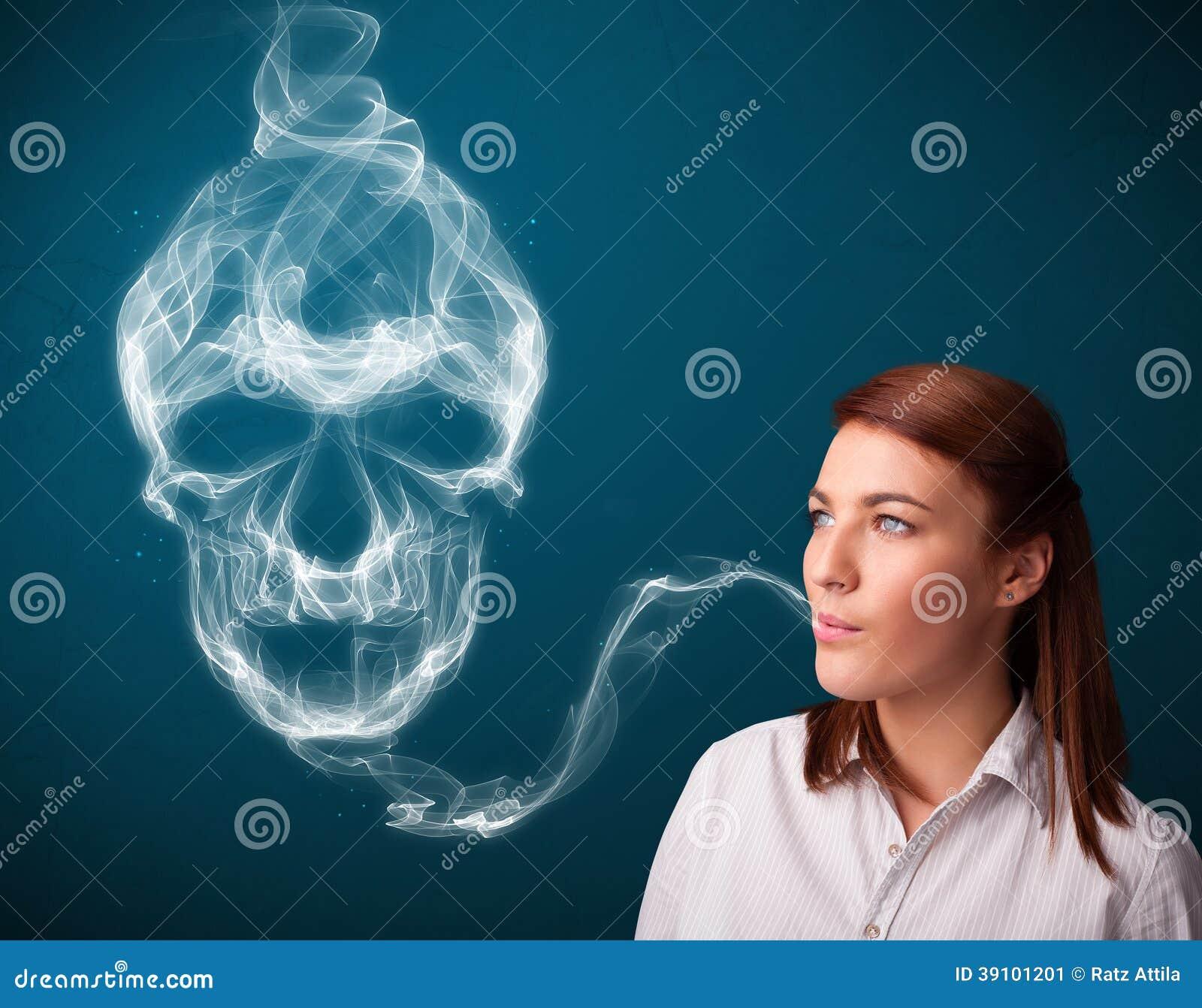 Jonge vrouw die gevaarlijke sigaret roken