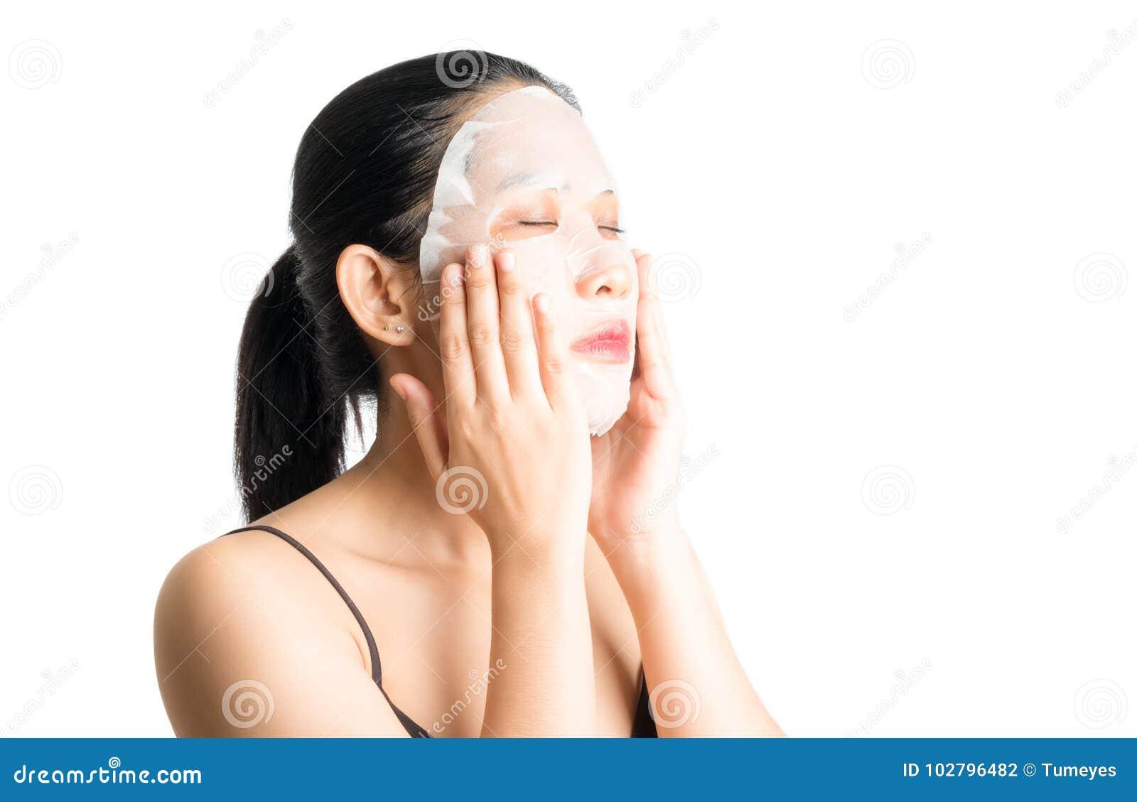 Jonge vrouw die gezichtsmaskerblad doen