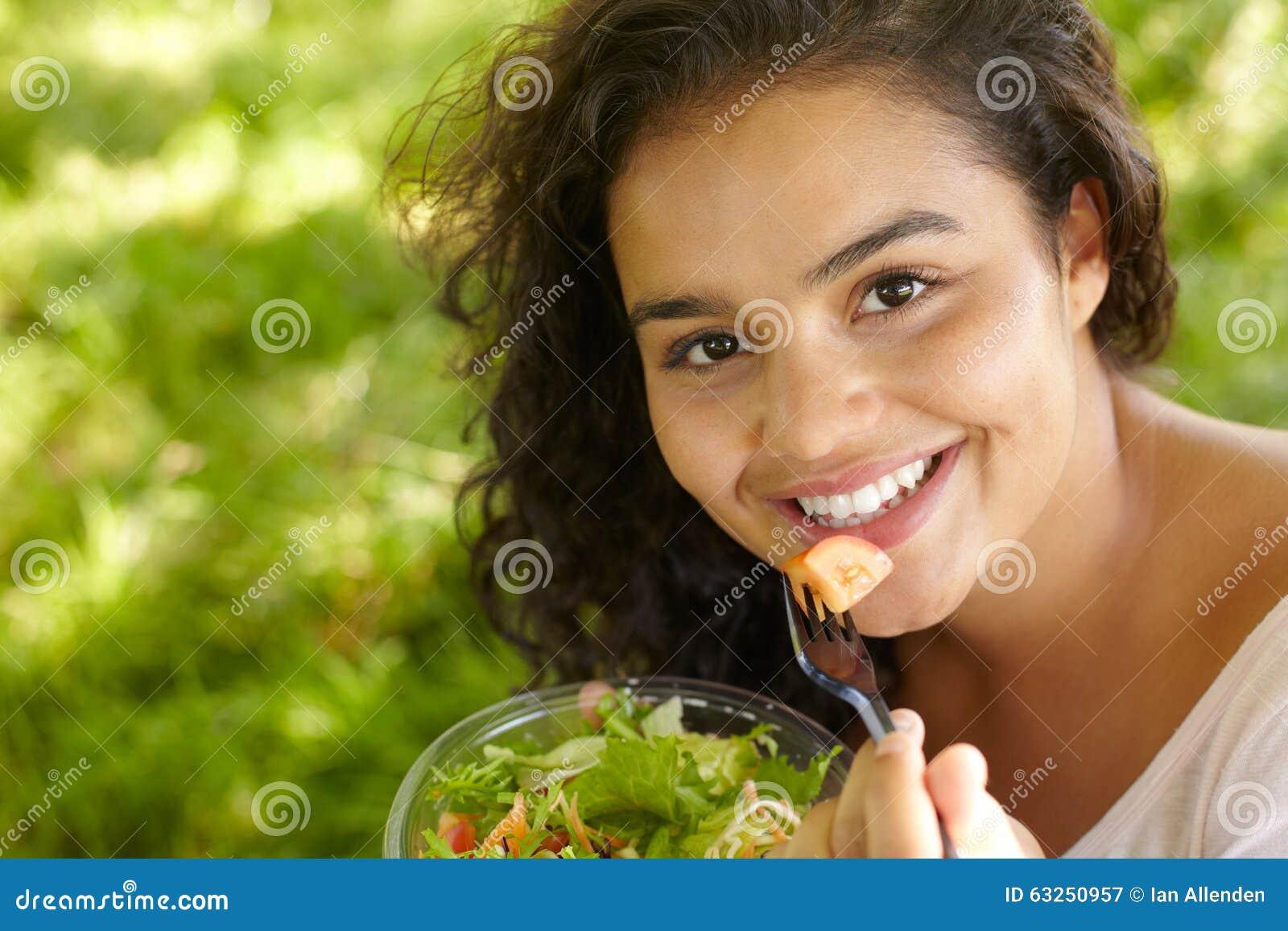 Jonge Vrouw die Gezonde Salade in openlucht eten