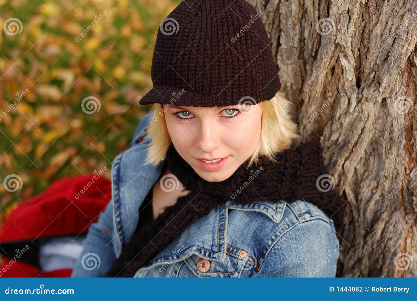 Jonge vrouw die GLB en sjaal draagt