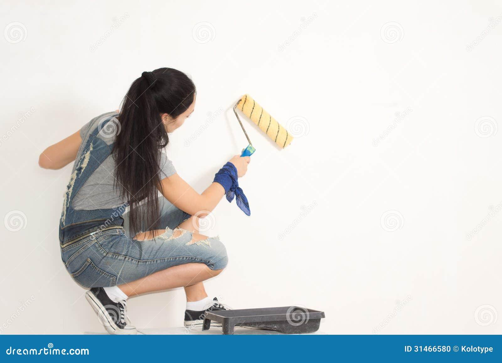 Jonge vrouw die haar huis opknappen