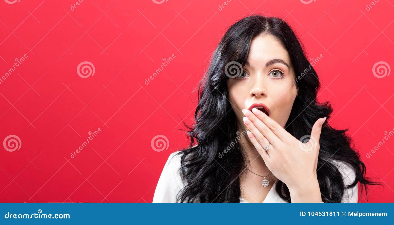 Download Jonge Vrouw Die Haar Mond Behandelt Stock Afbeelding - Afbeelding bestaande uit schok, jong: 104631811