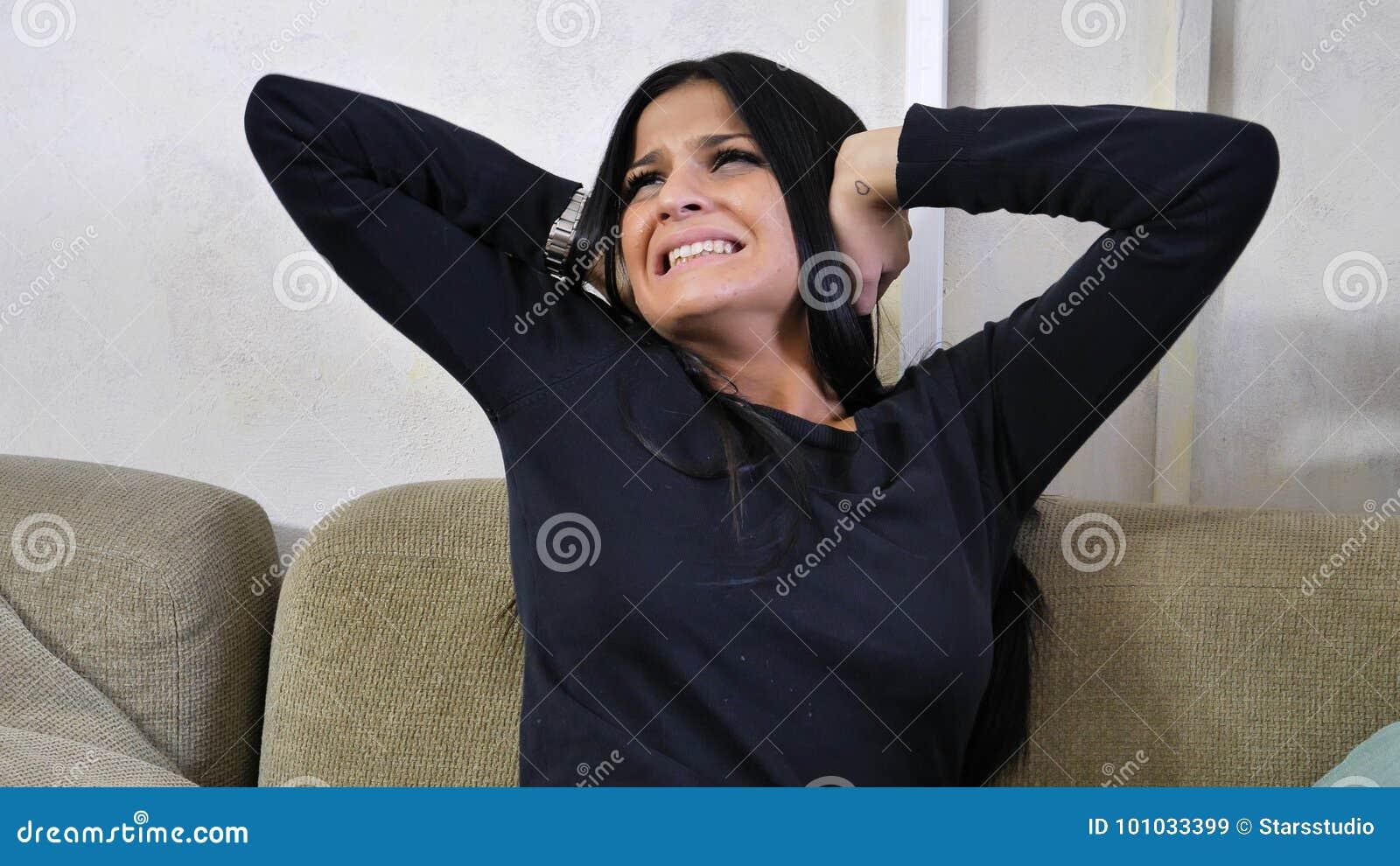 Jonge vrouw die haar oren, teveel lawaai behandelen