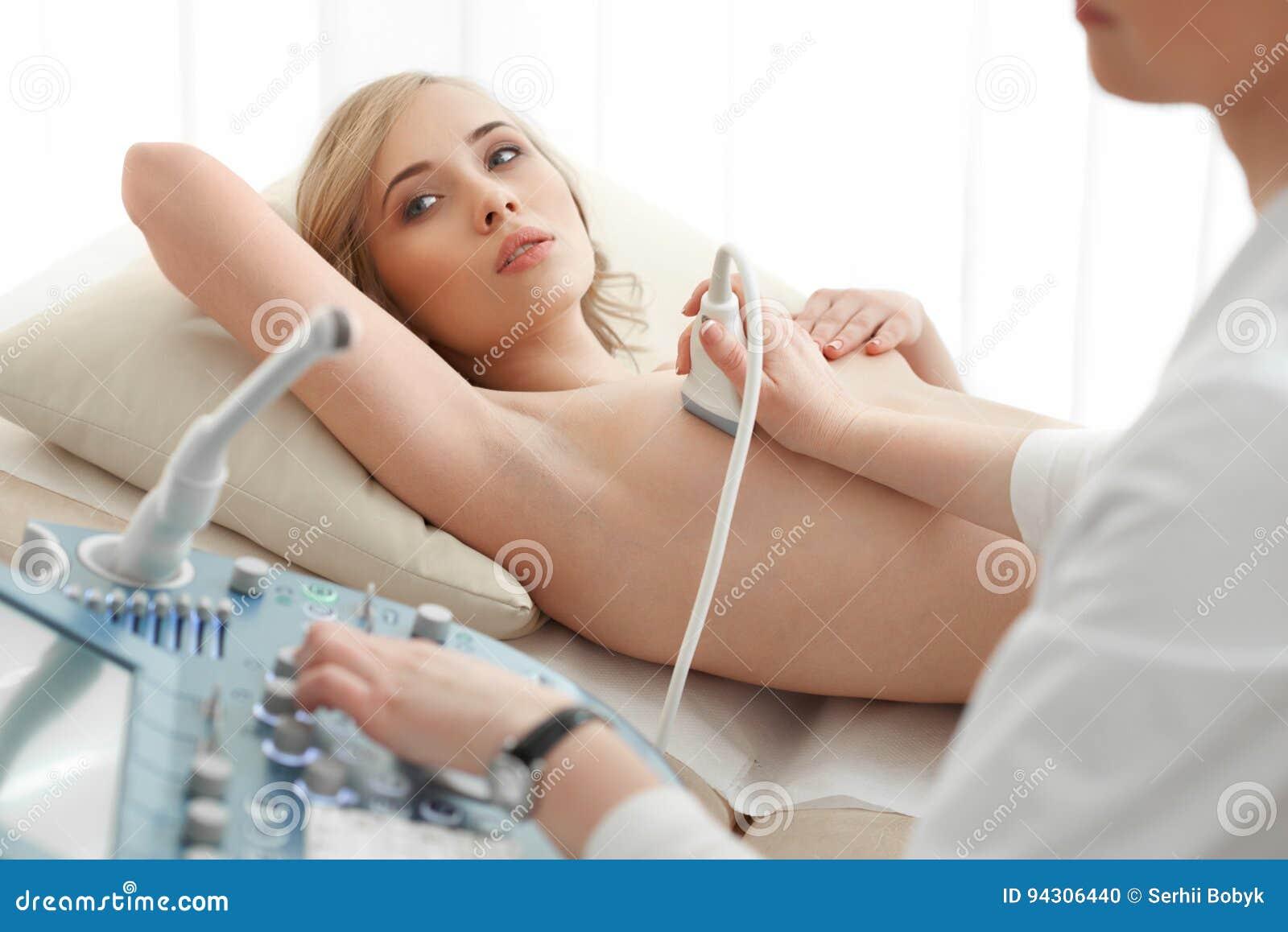 Jonge vrouw die het aftasten van de borstultrasone klank krijgen