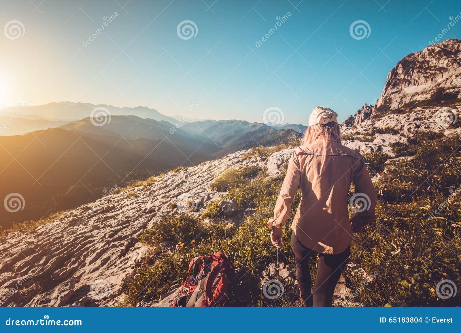 Jonge Vrouw die het openluchtconcept van de Reislevensstijl wandelen