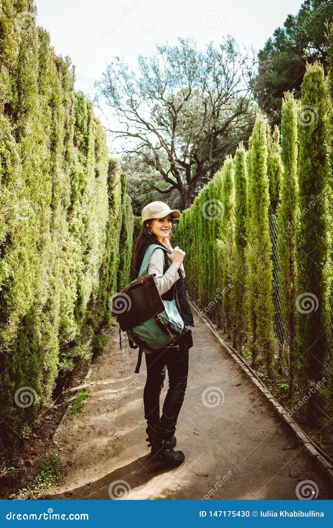 Jonge vrouw die in het parklabyrint lopen