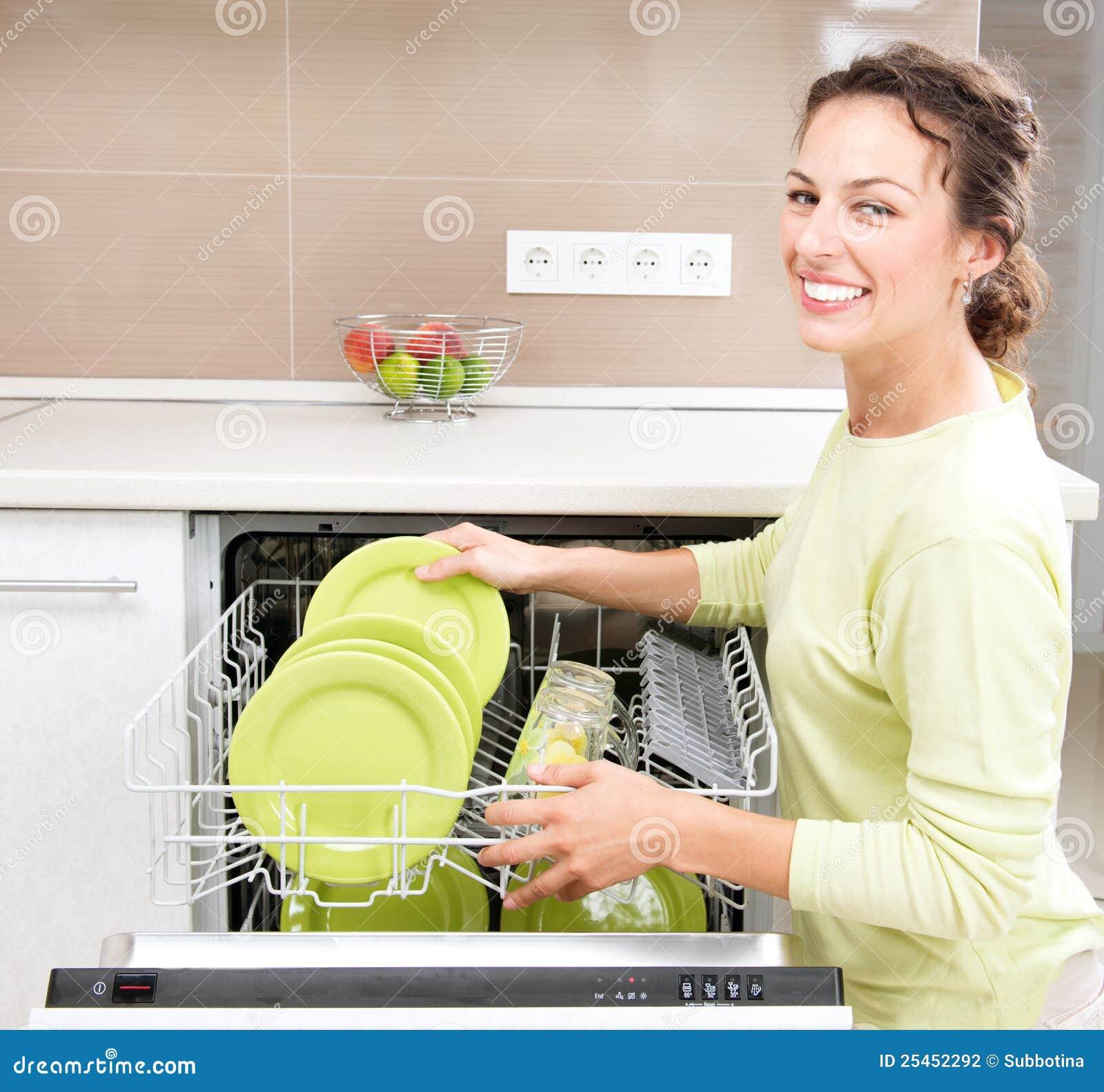 Jonge vrouw die Huishoudelijk werk doet