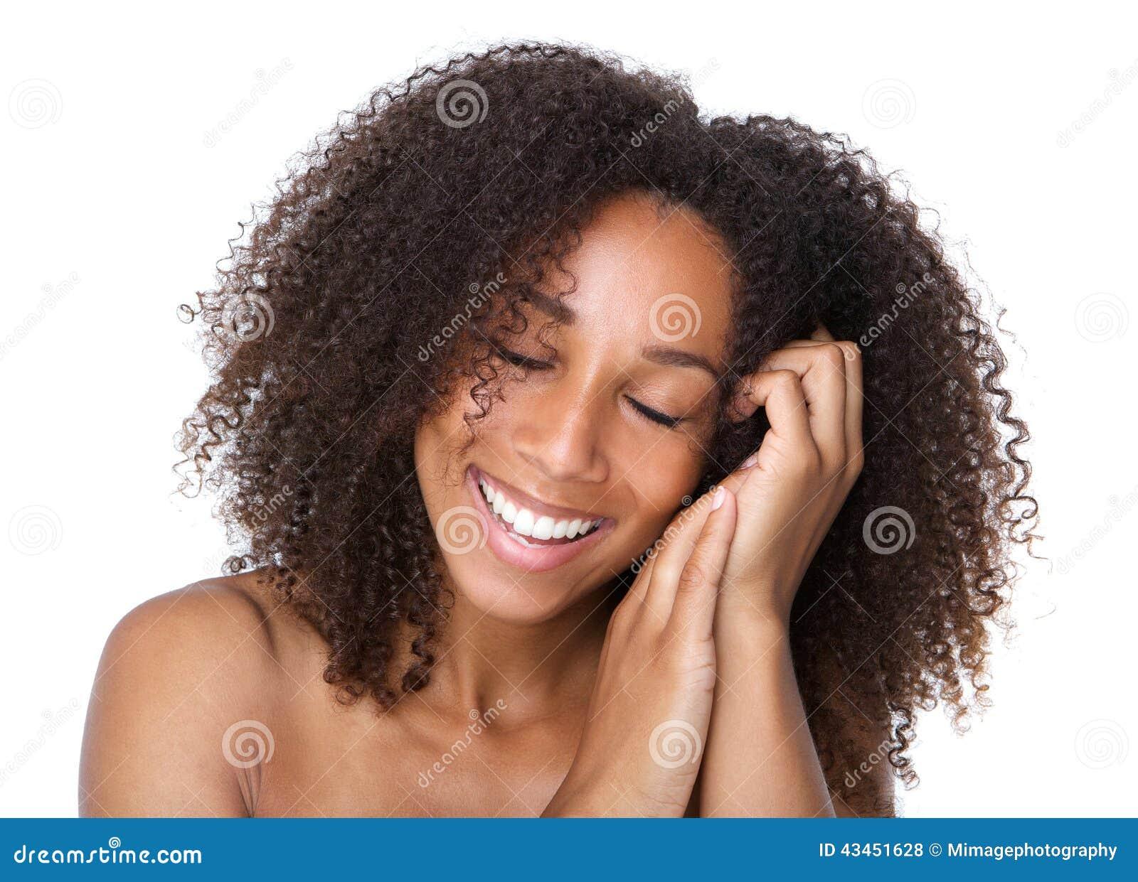 Jonge vrouw die met gesloten ogen glimlachen