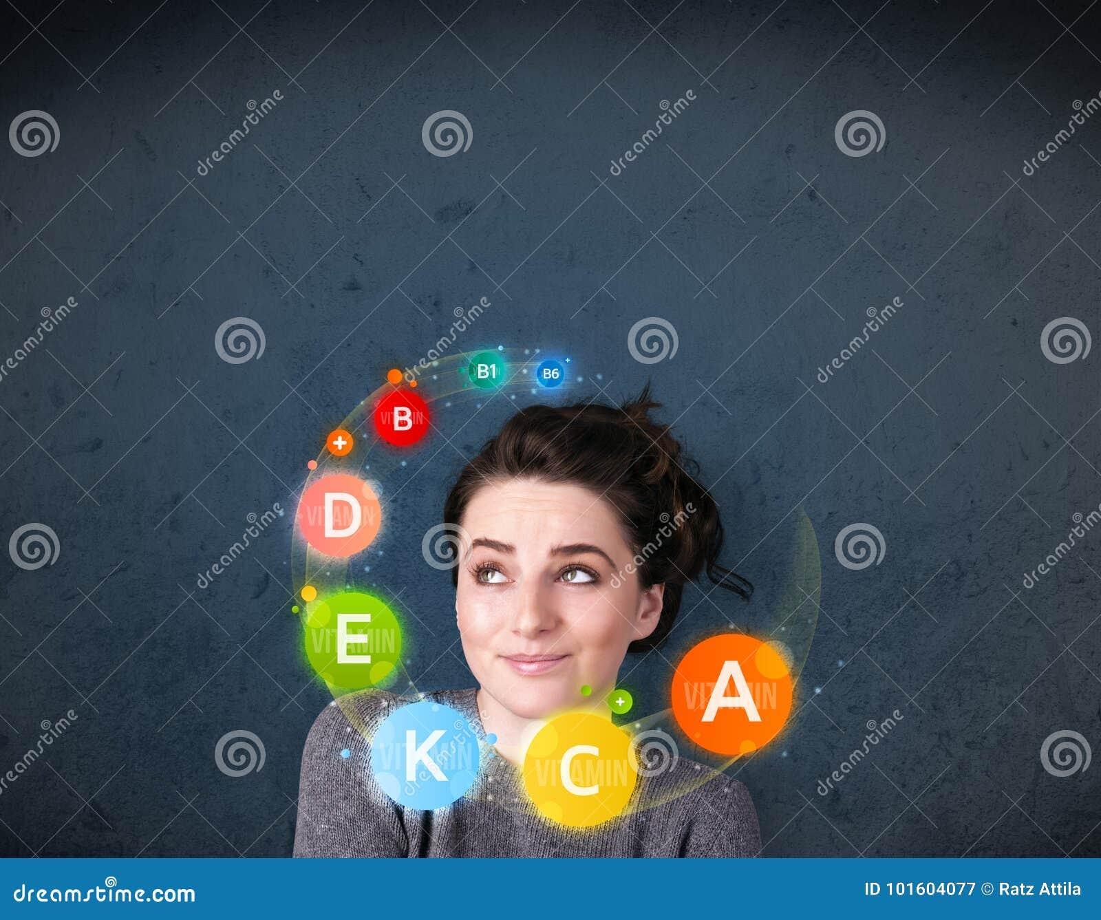 Jonge vrouw die met vitaminenomloop rond haar hoofd denkt