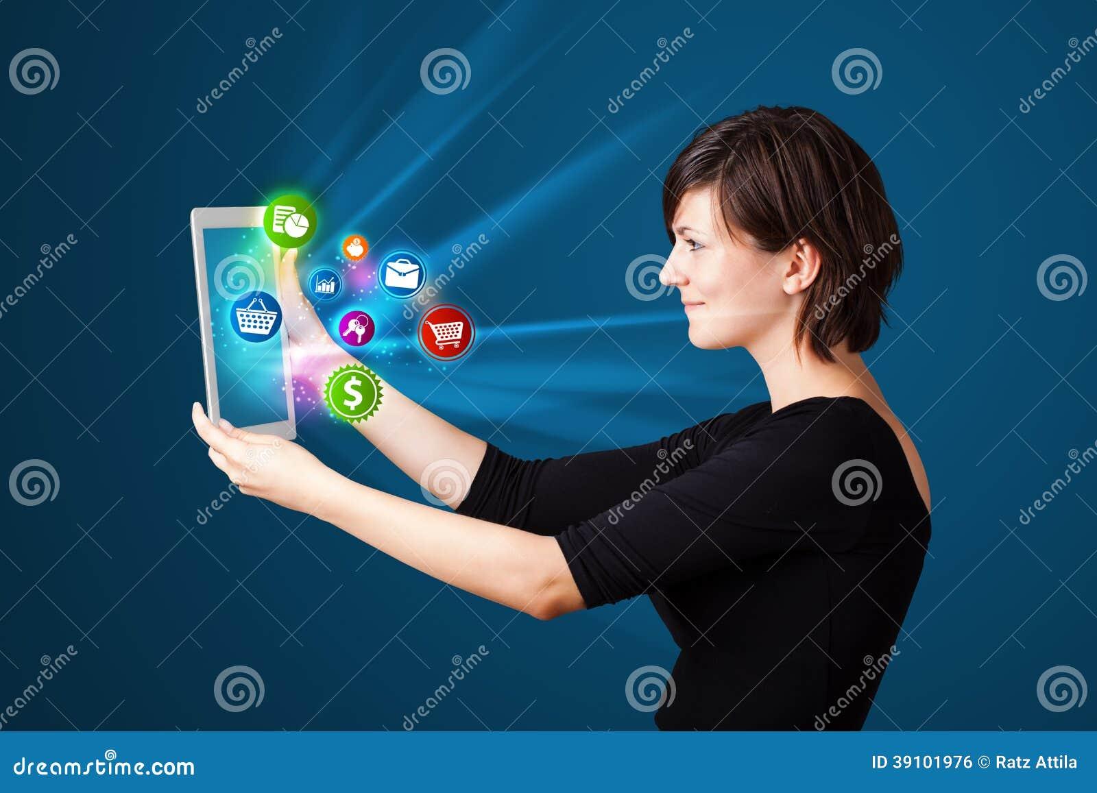Jonge vrouw die moderne tablet bekijken