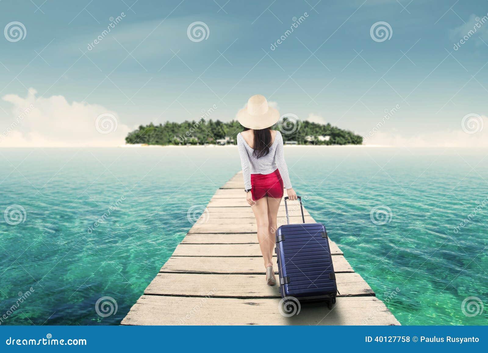 Jonge vrouw die naar eiland lopen