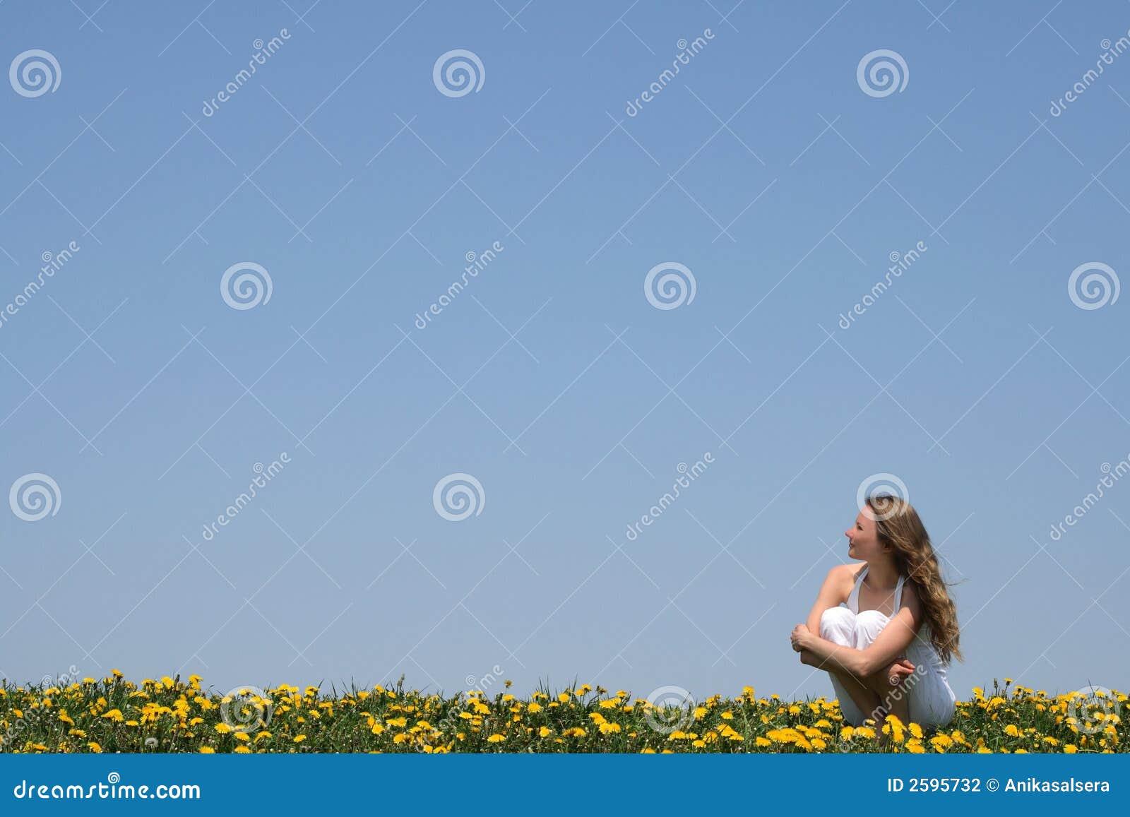 Jonge vrouw die van zon geniet