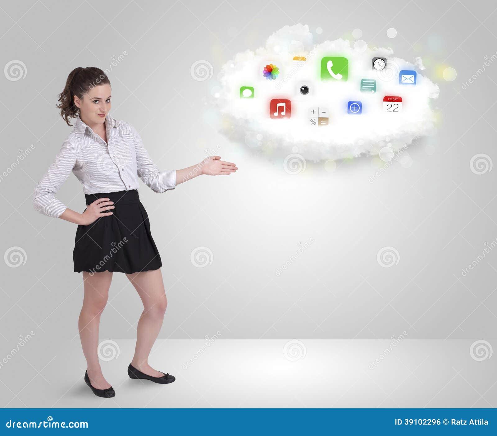 Jonge vrouw die wolk met kleurrijke app voorstellen