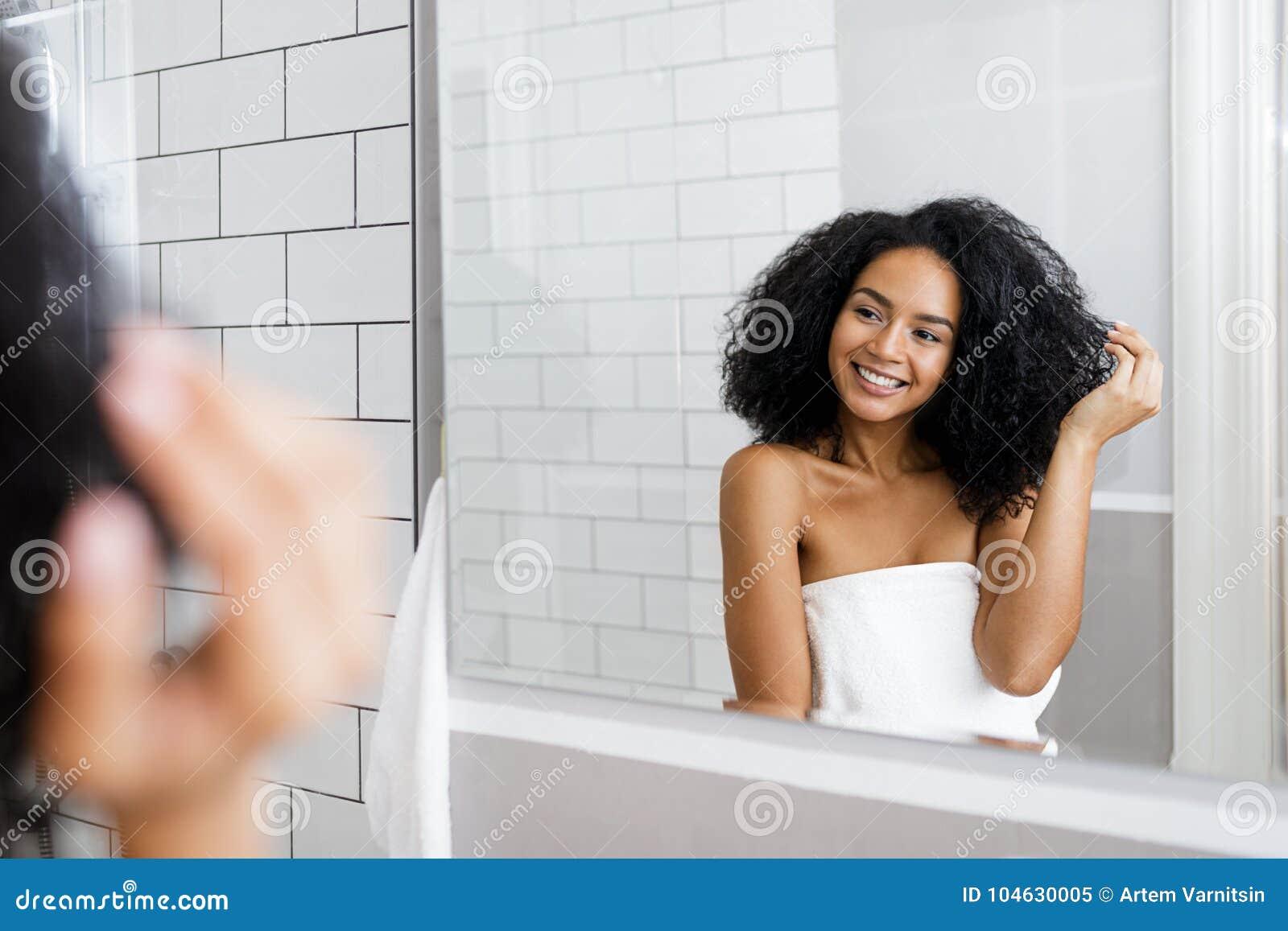 Download Jonge Vrouw Die Zich In Badkamers Bevinden Stock Afbeelding - Afbeelding bestaande uit binnen, jong: 104630005