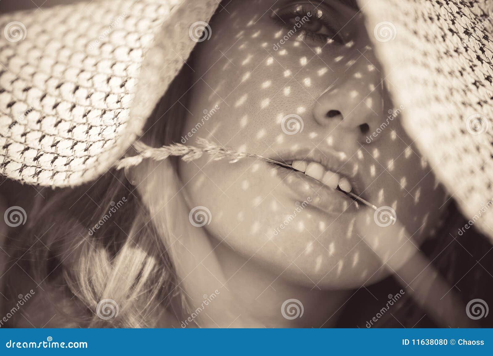 Jonge vrouw in een hoedenportret