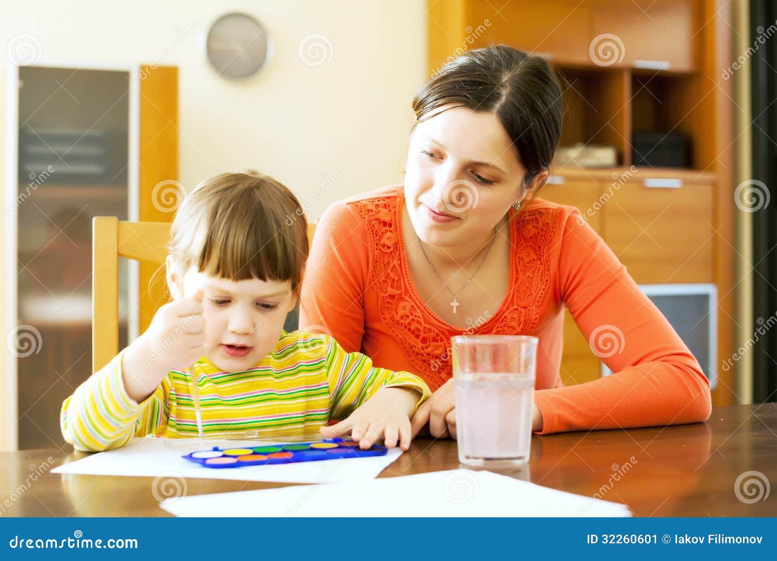 Jonge vrouw en haar kind die met waterverf schilderen stock afbeelding afbeelding 32260601 - Schilderen kind jongen ...