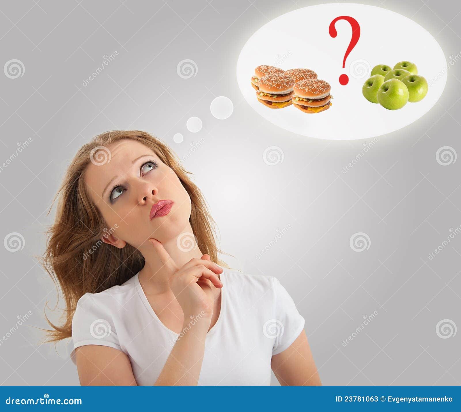 Jonge vrouw, gezond en ongezond voedsel