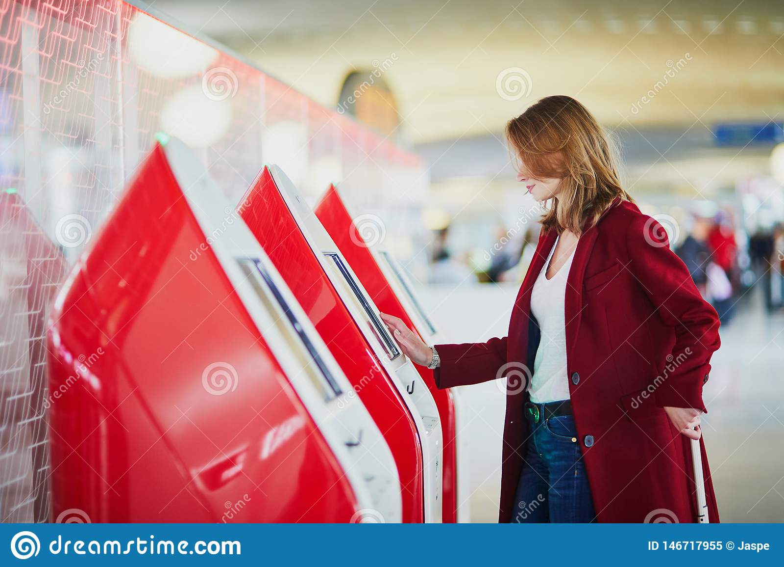 Jonge vrouw in internationale luchthaven