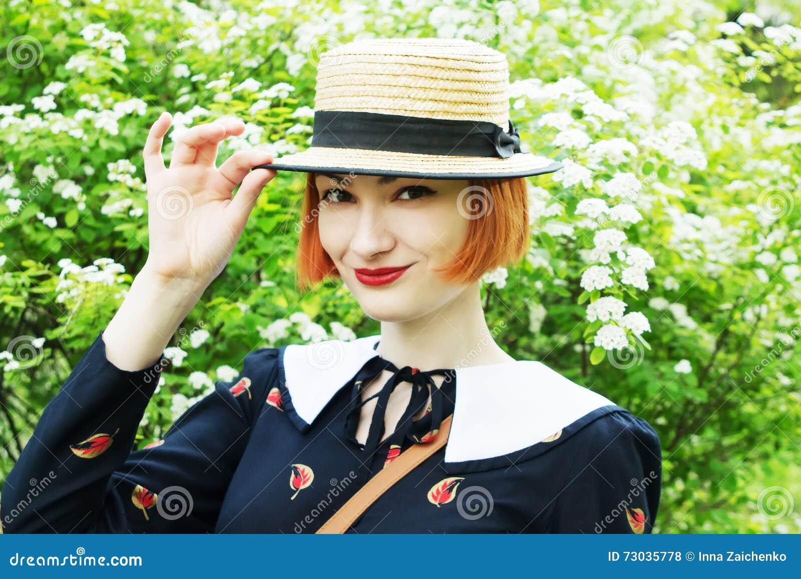 Jonge vrouw in kledings retro stijl