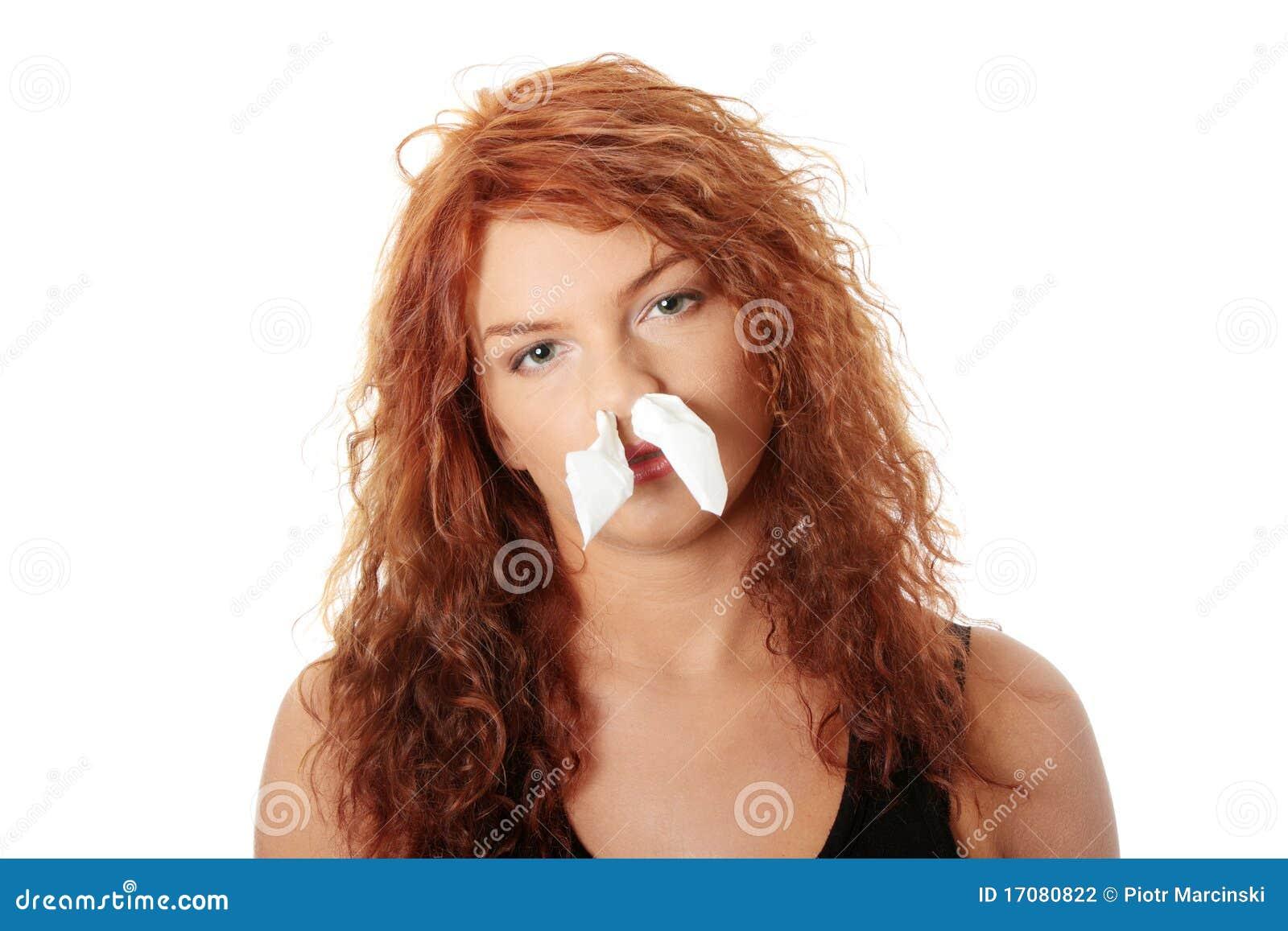 Jonge vrouw met allergie of koude