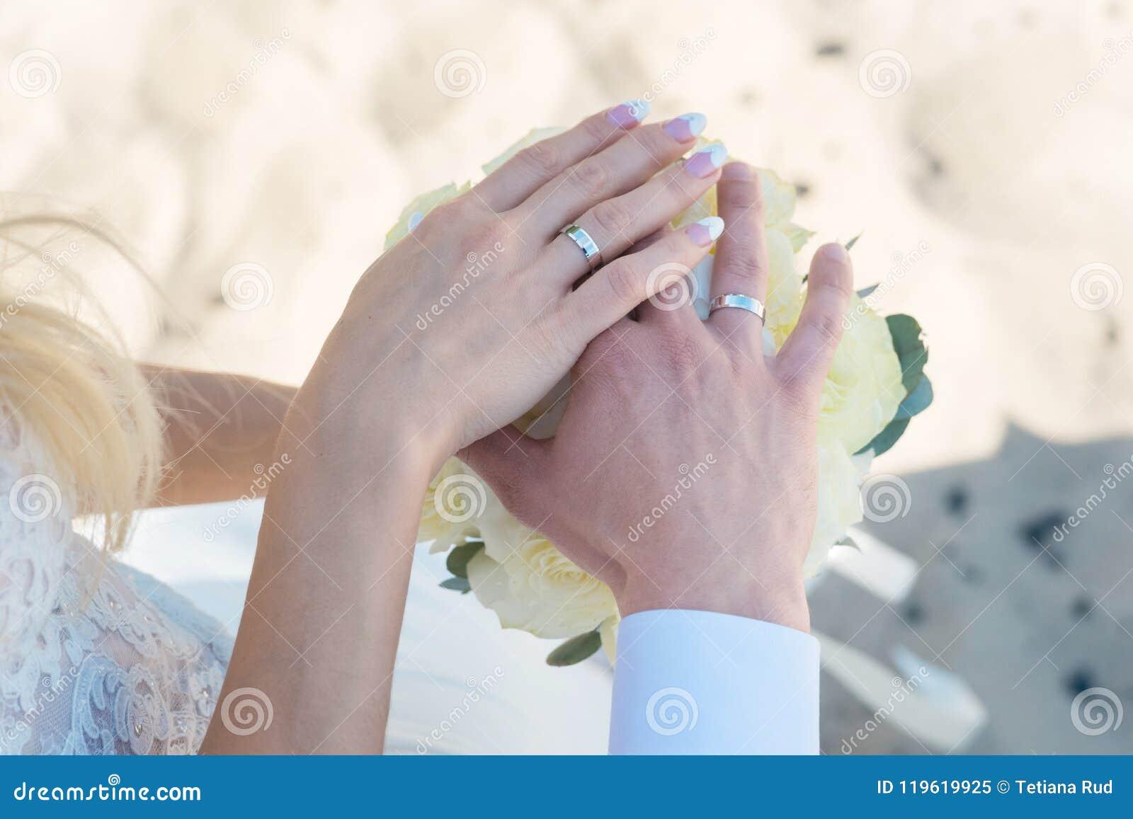 Jonge vrouw met boeket van bloemen op het strand