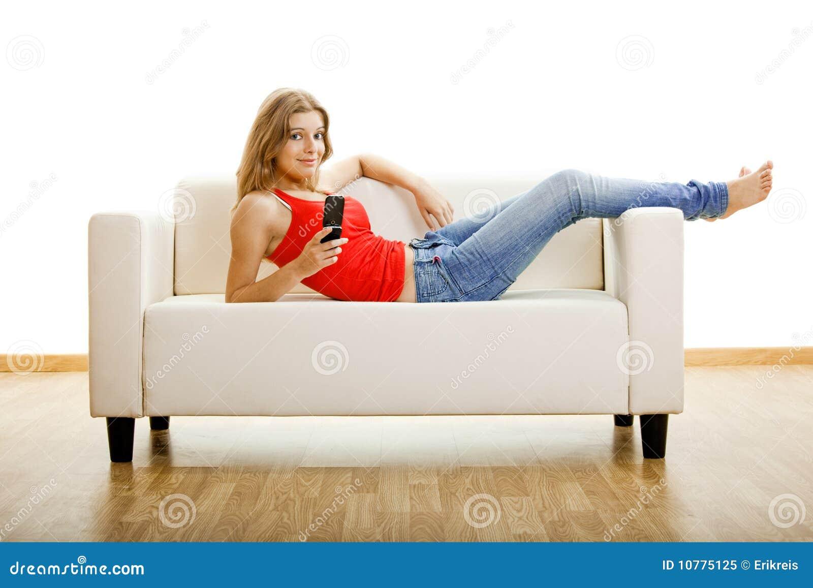 Jonge vrouw met een celtelefoon