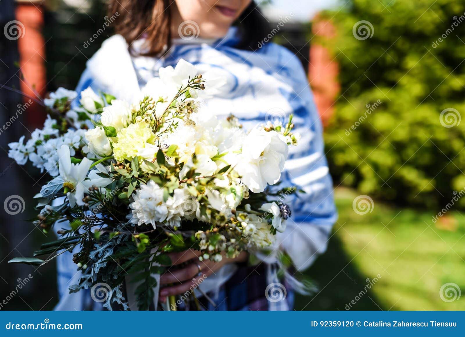 Jonge vrouw met een mooi boeket van verjaardagsbloemen