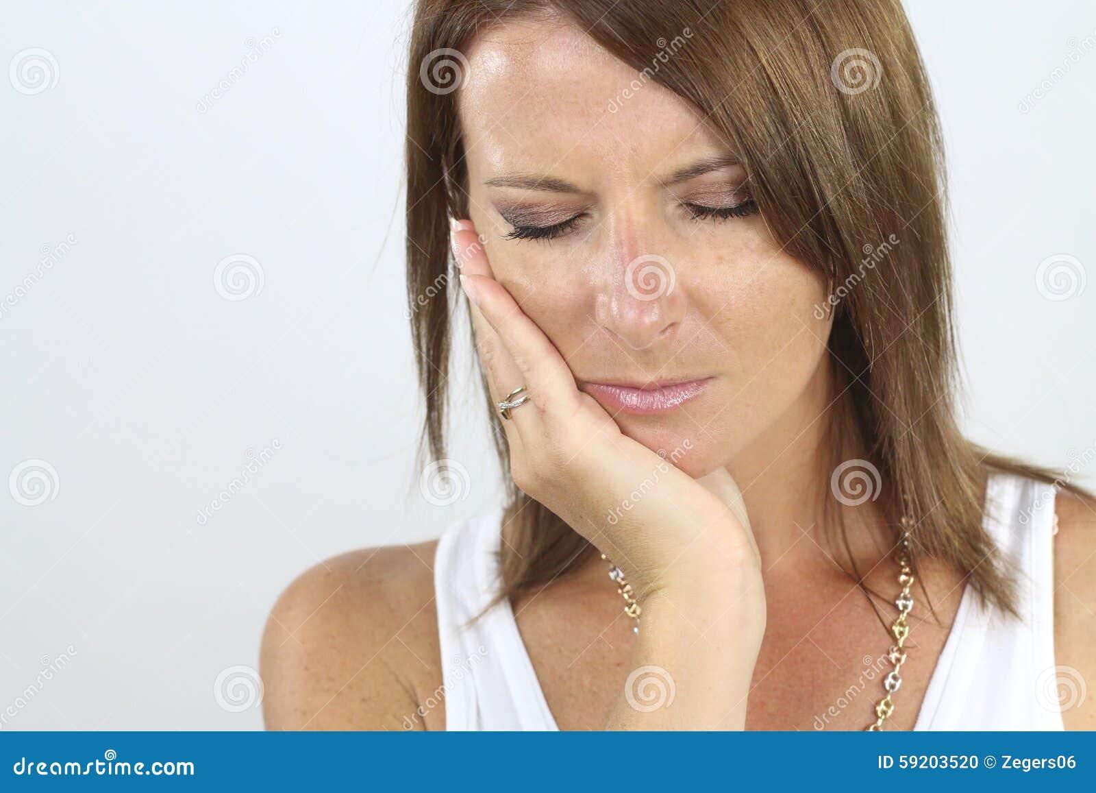 Jonge vrouw met een tandpijn