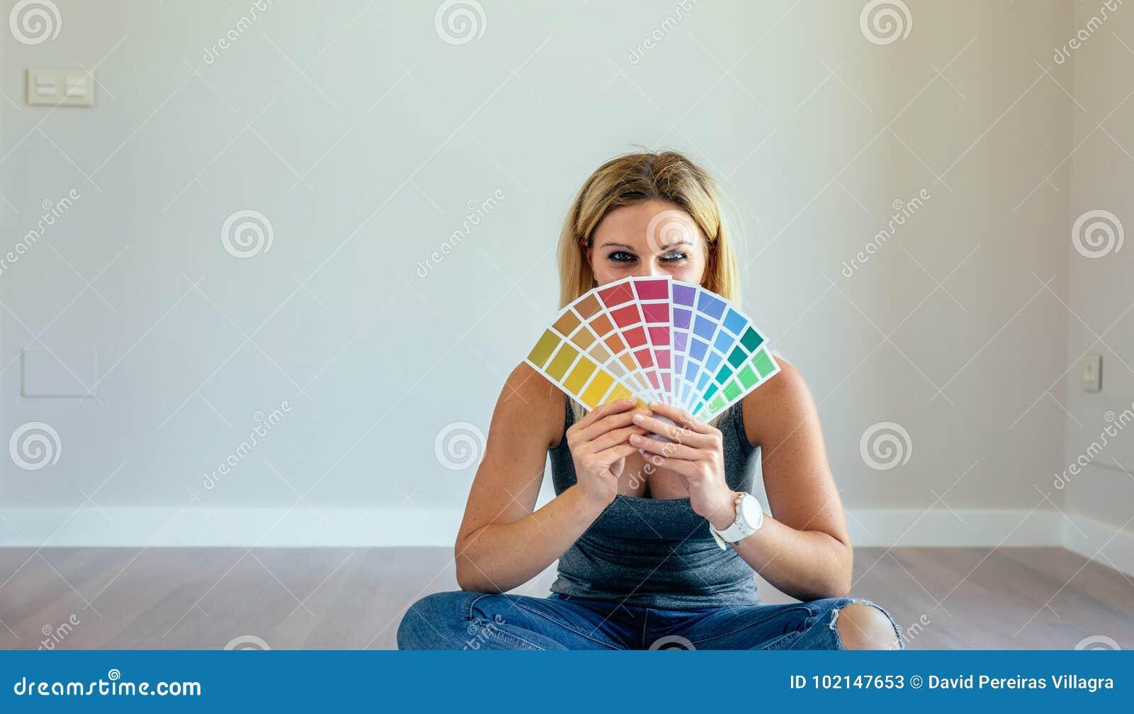 Jonge vrouw met kleurengrafiek