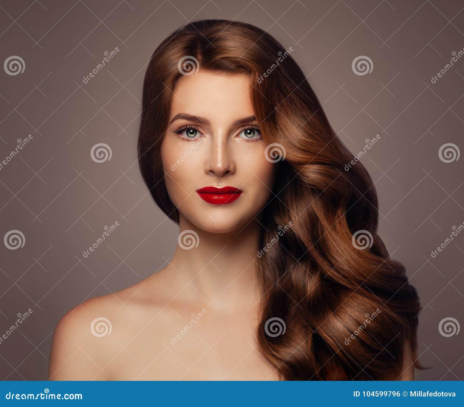 Jonge vrouw met lang gezond golvend kapsel