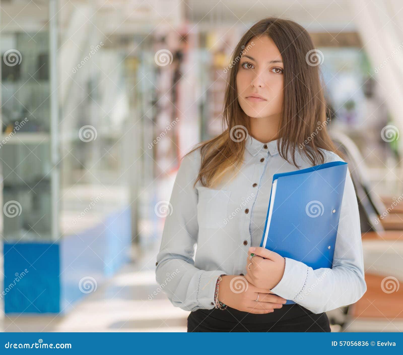 Jonge vrouw met omslag
