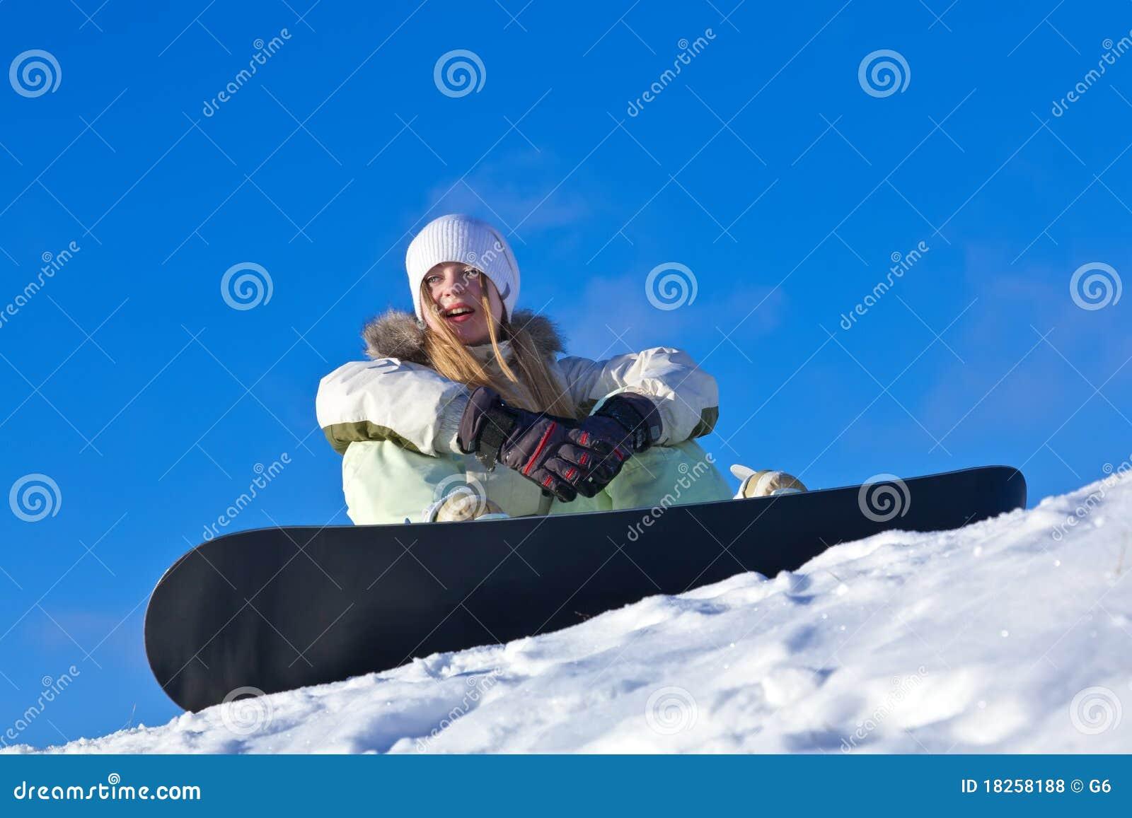 Jonge vrouw met snowboard op een helling stock foto afbeelding 18258188 - Moderne huis op een helling ...