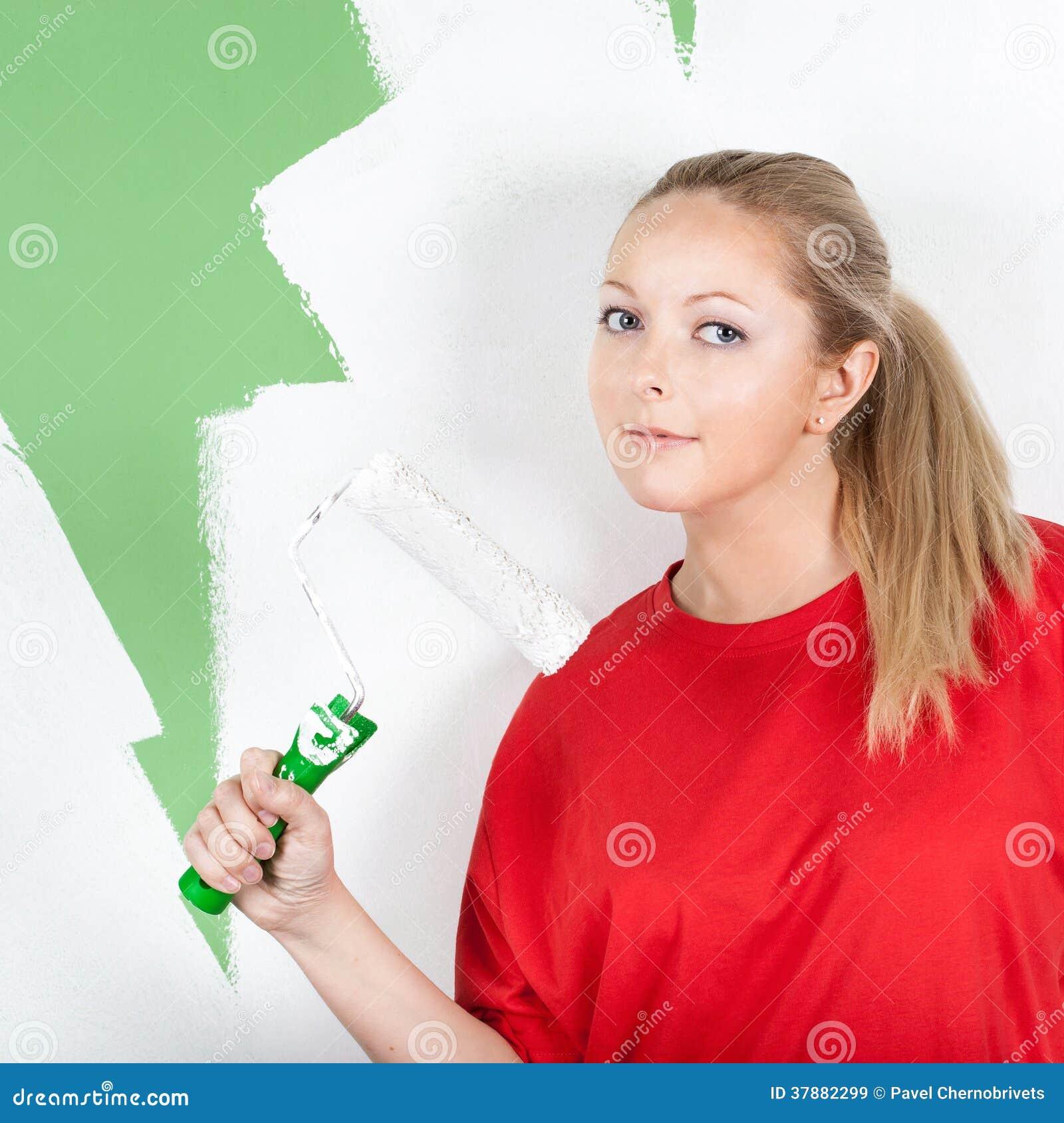 Jonge vrouw met verfrol ter beschikking