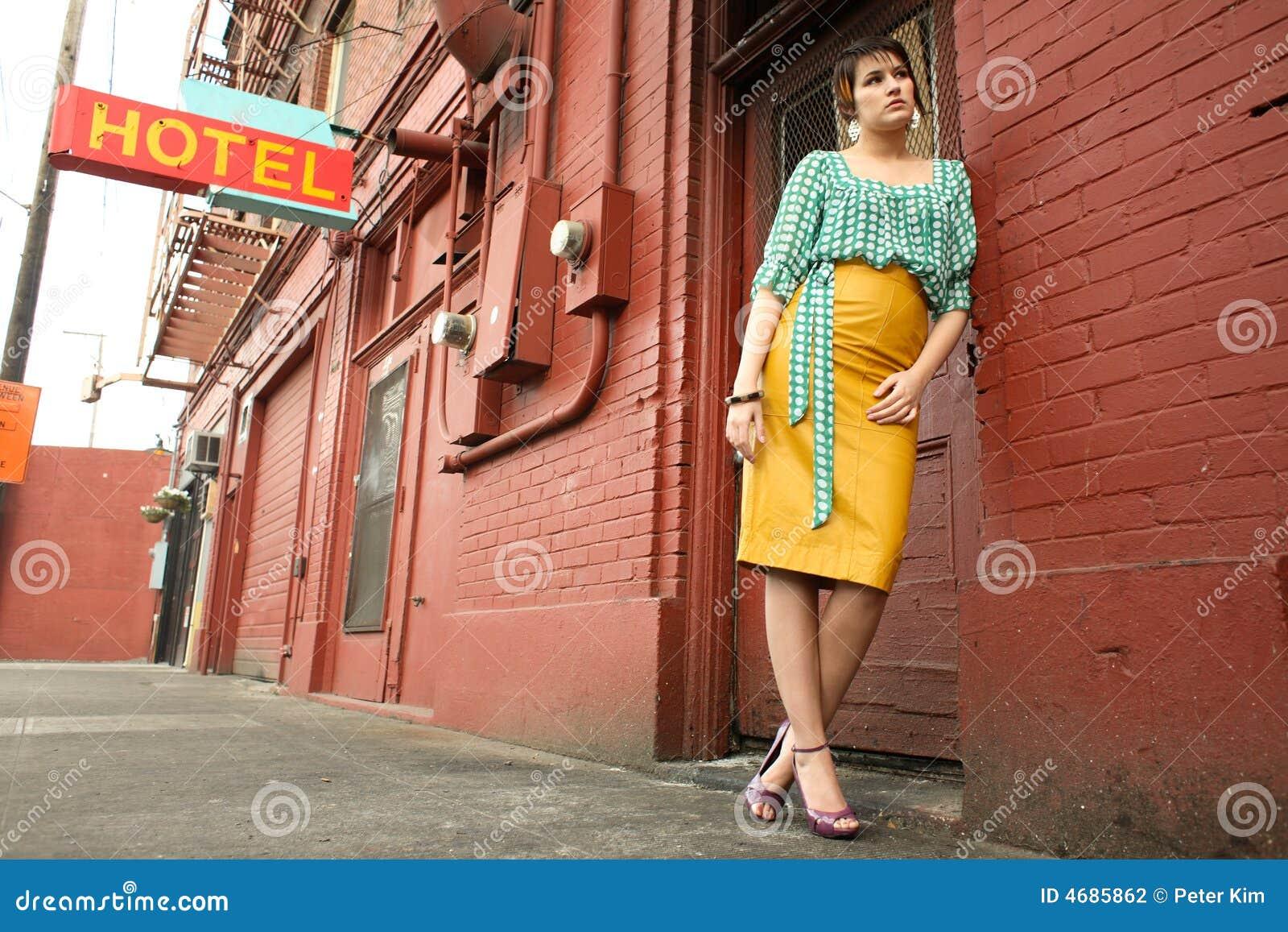 Jonge vrouw naast deuropening