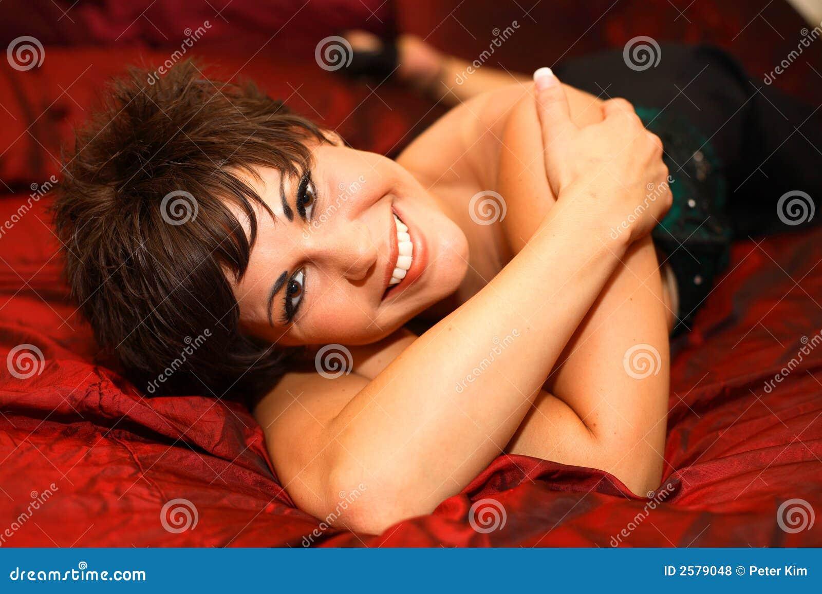 Jonge vrouw op bed
