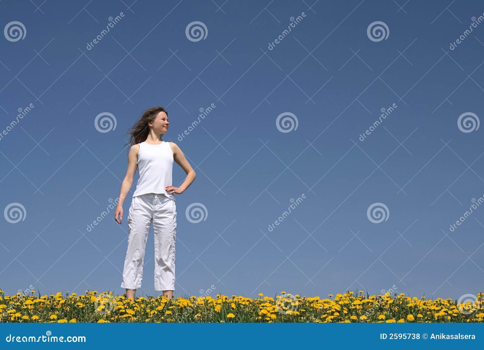 Jonge vrouw op bloeiend gebied