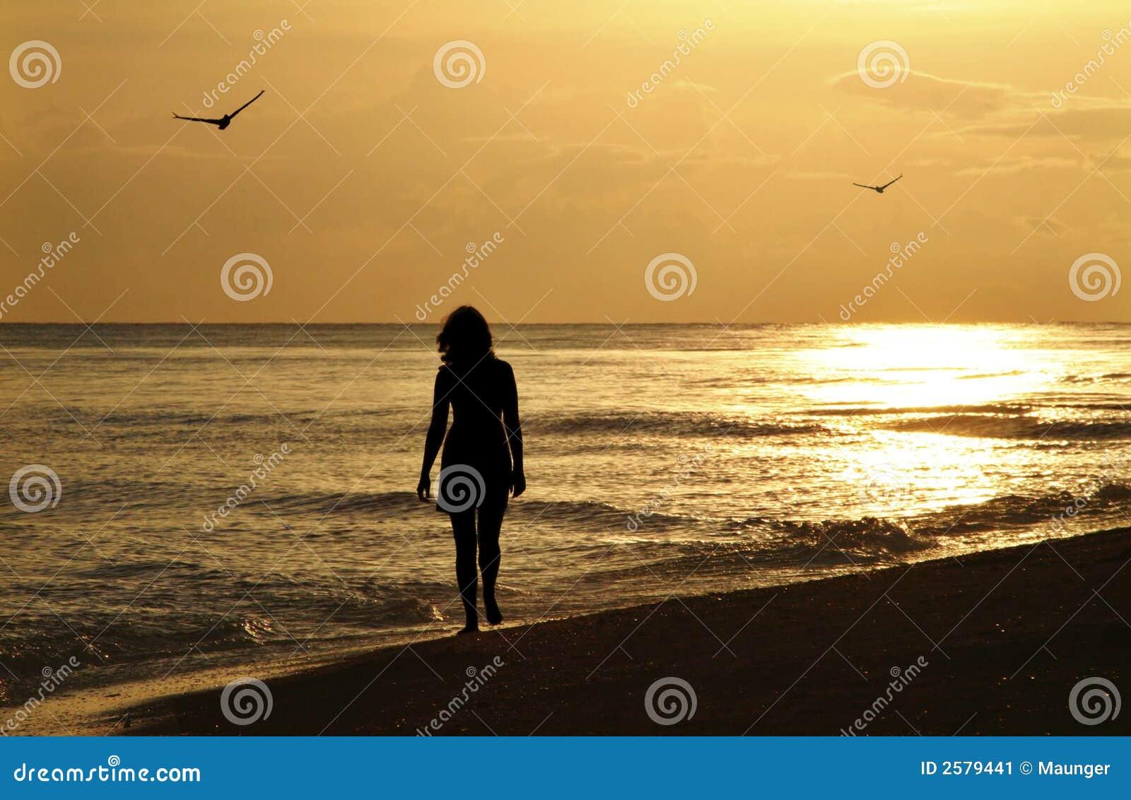 Jonge Vrouw op de Gang van de Zonsondergang