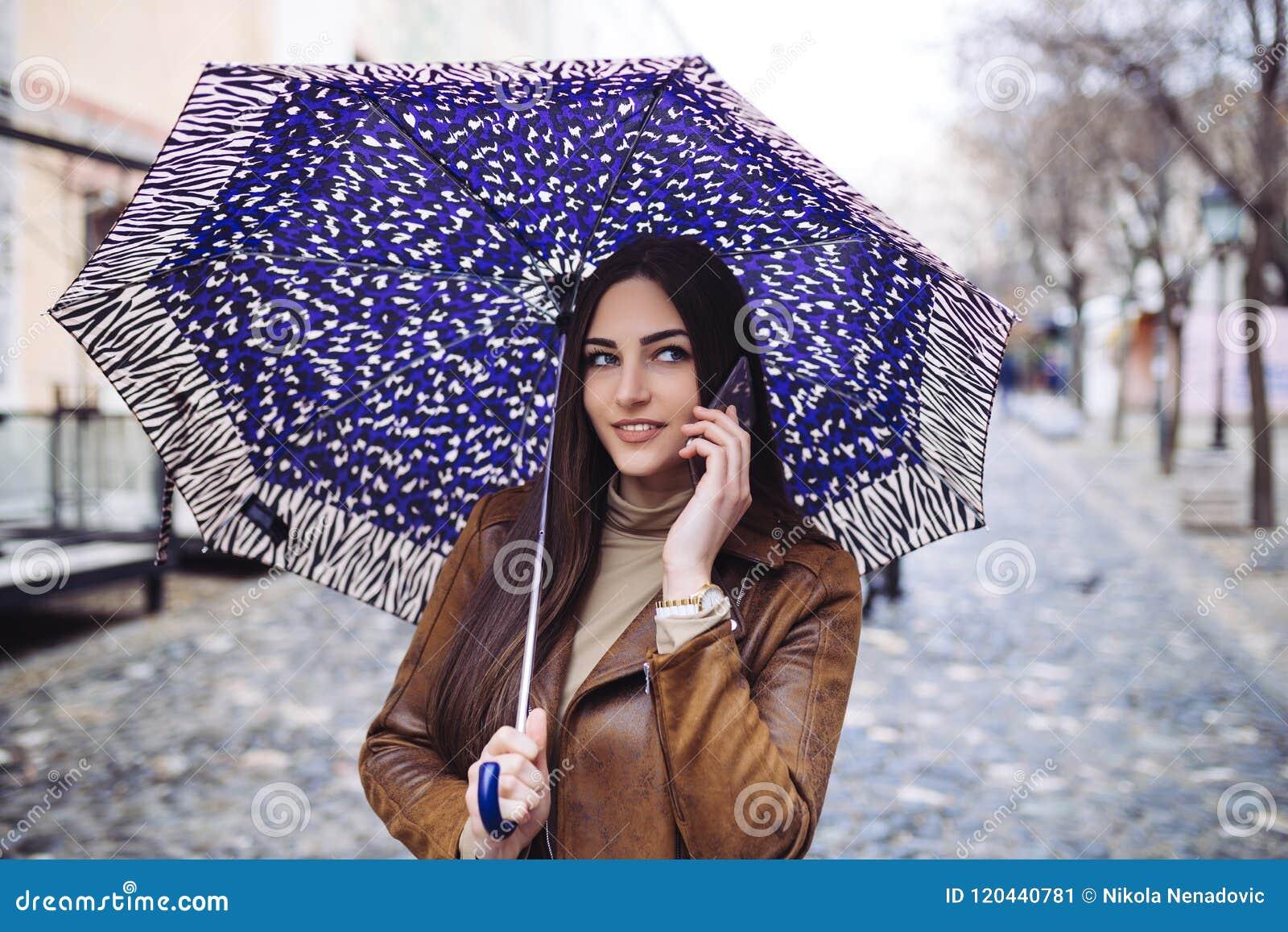 Jonge vrouw op de straat