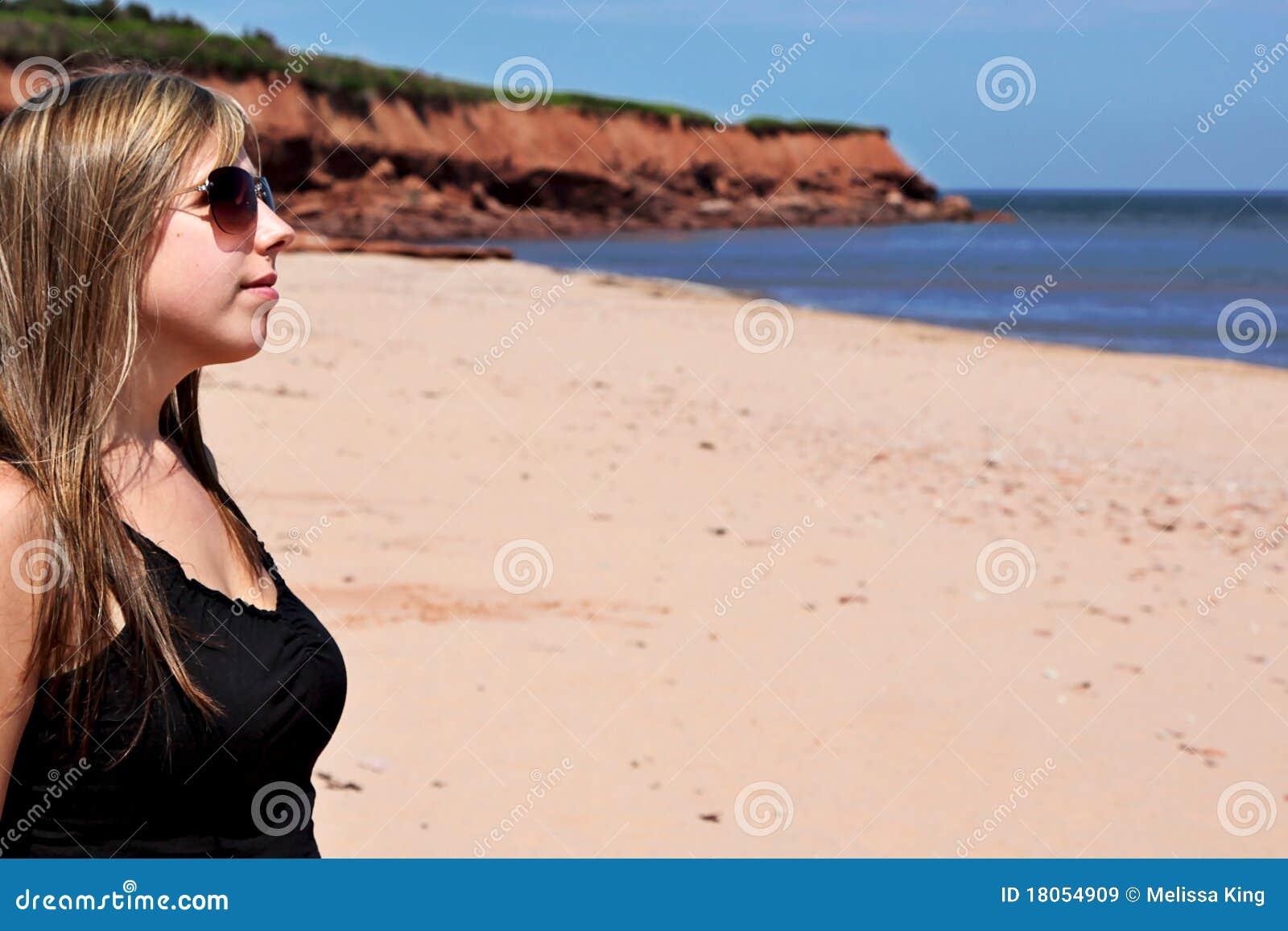 Jonge Vrouw op Strand
