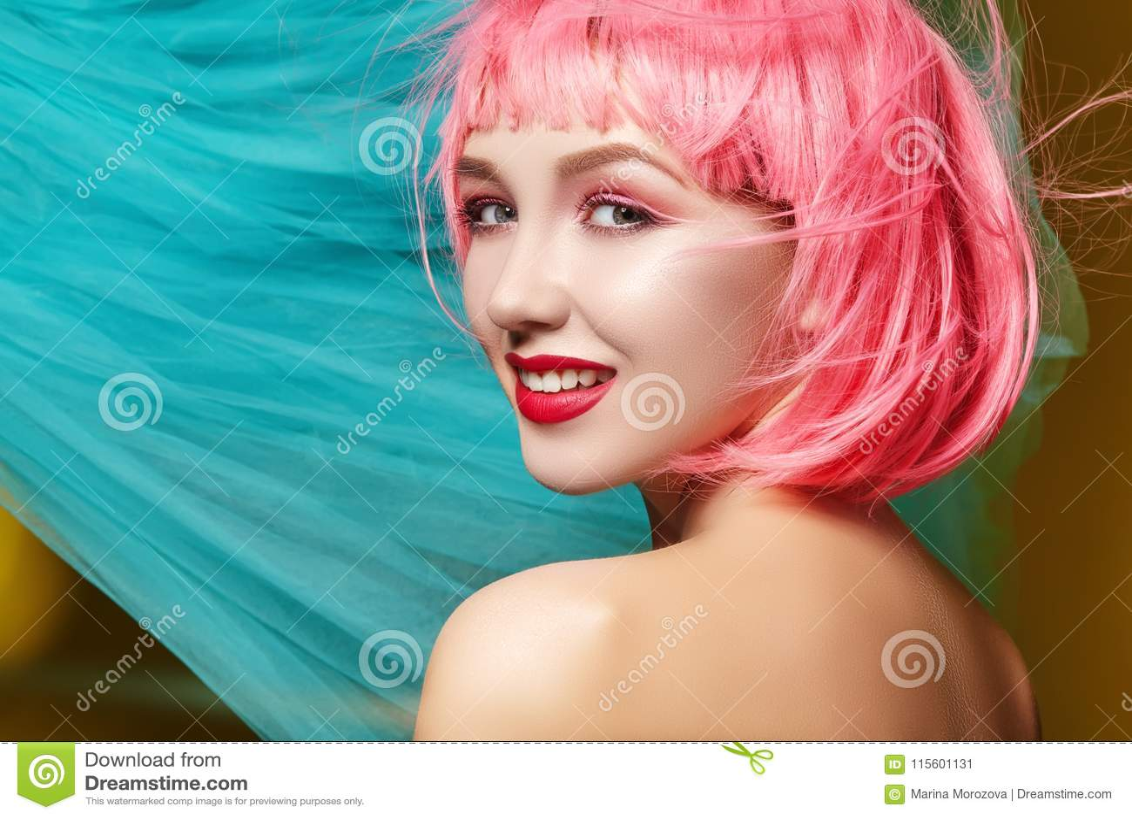 Jonge vrouw in roze pruik Mooi model met maniermake-up De heldere lente ziet eruit Sexy haarkleur, middelgroot kapsel
