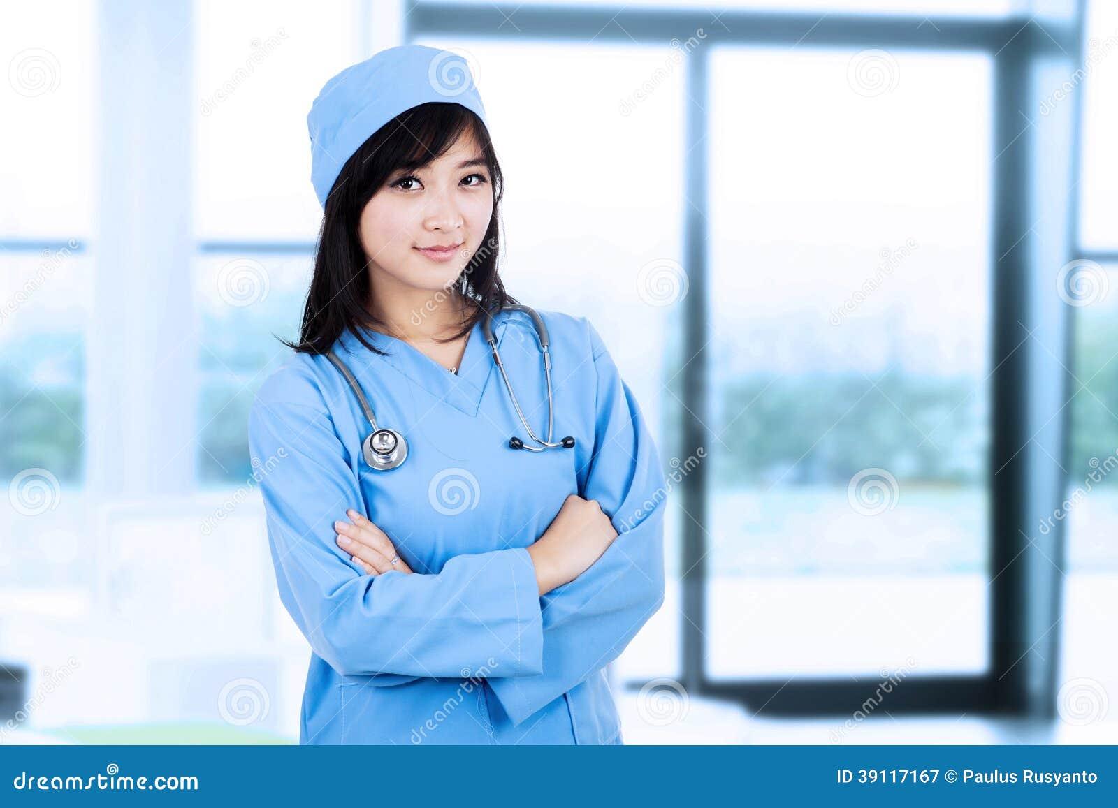 Jonge vrouwelijke chirurg