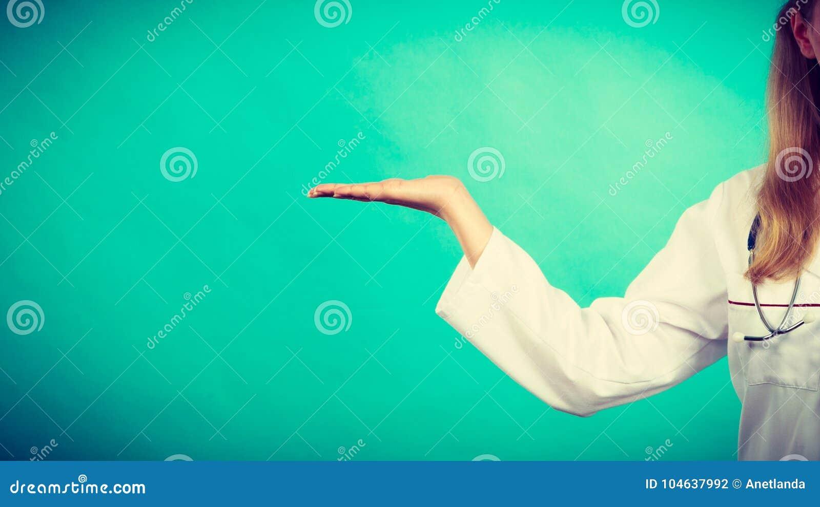 Download Jonge Vrouwelijke Professionele Arts Die Exemplaarruimte Tonen Stock Foto - Afbeelding bestaande uit kliniek, dokter: 104637992