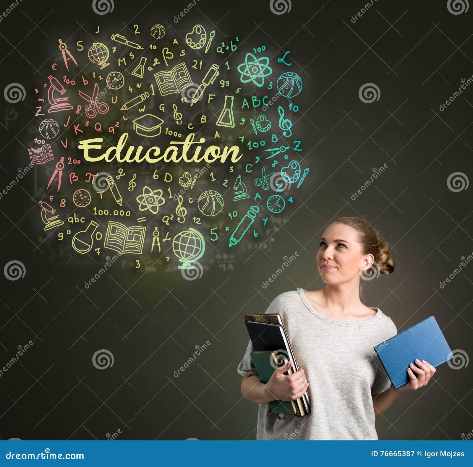 Jonge vrouwelijke student die onderwijswolken bekijken