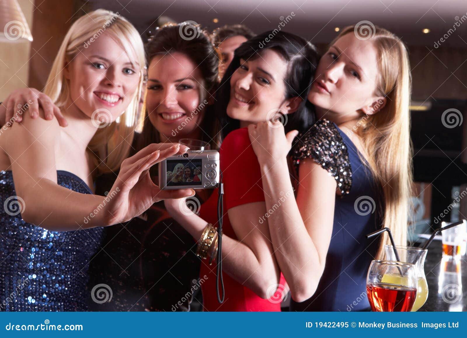 Jonge vrouwen die bij partij stellen