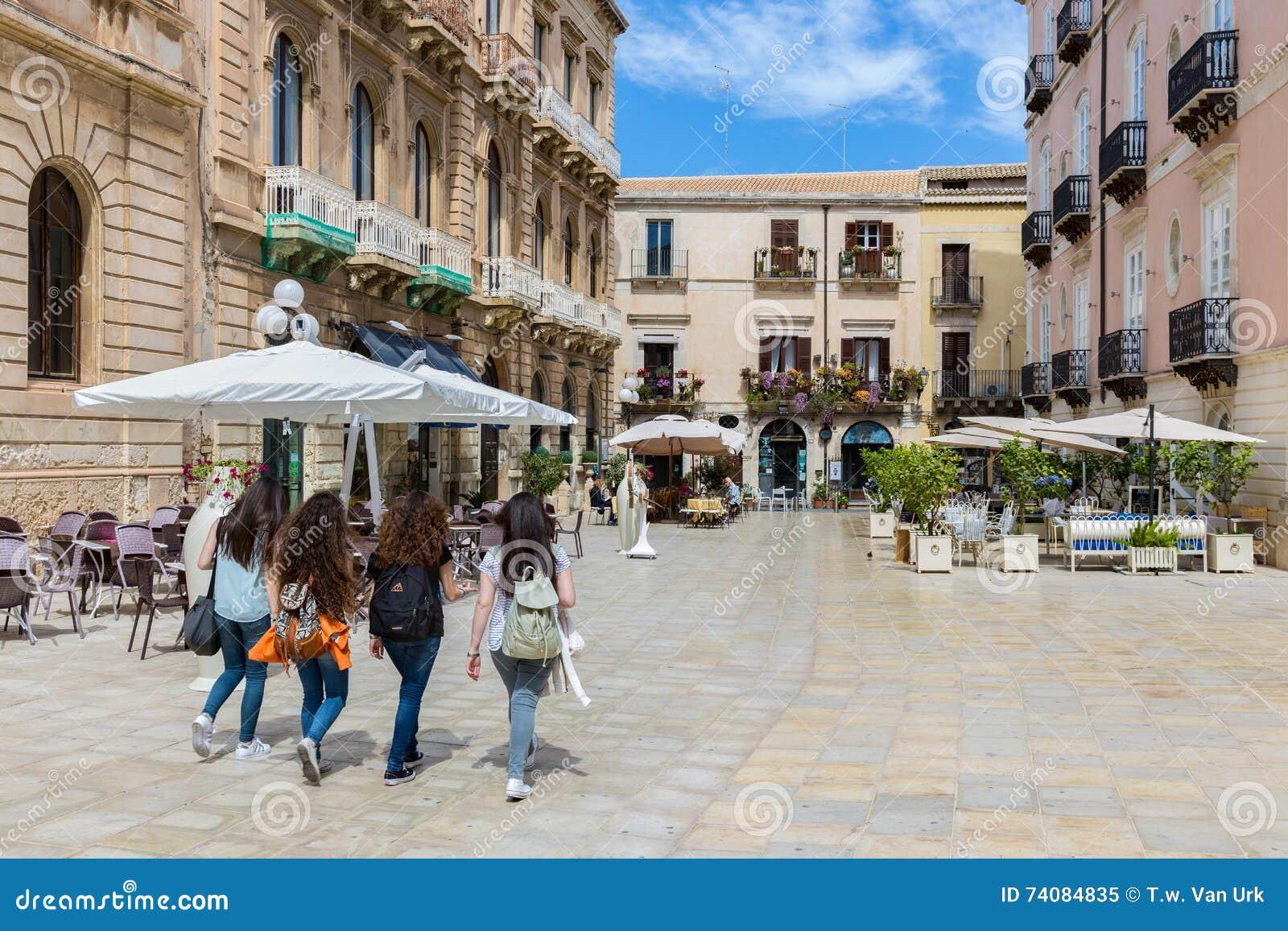 e17de6aa2eefdf Jonge Vrouwen Die In Syracusa Bij Het Eiland Sicilië