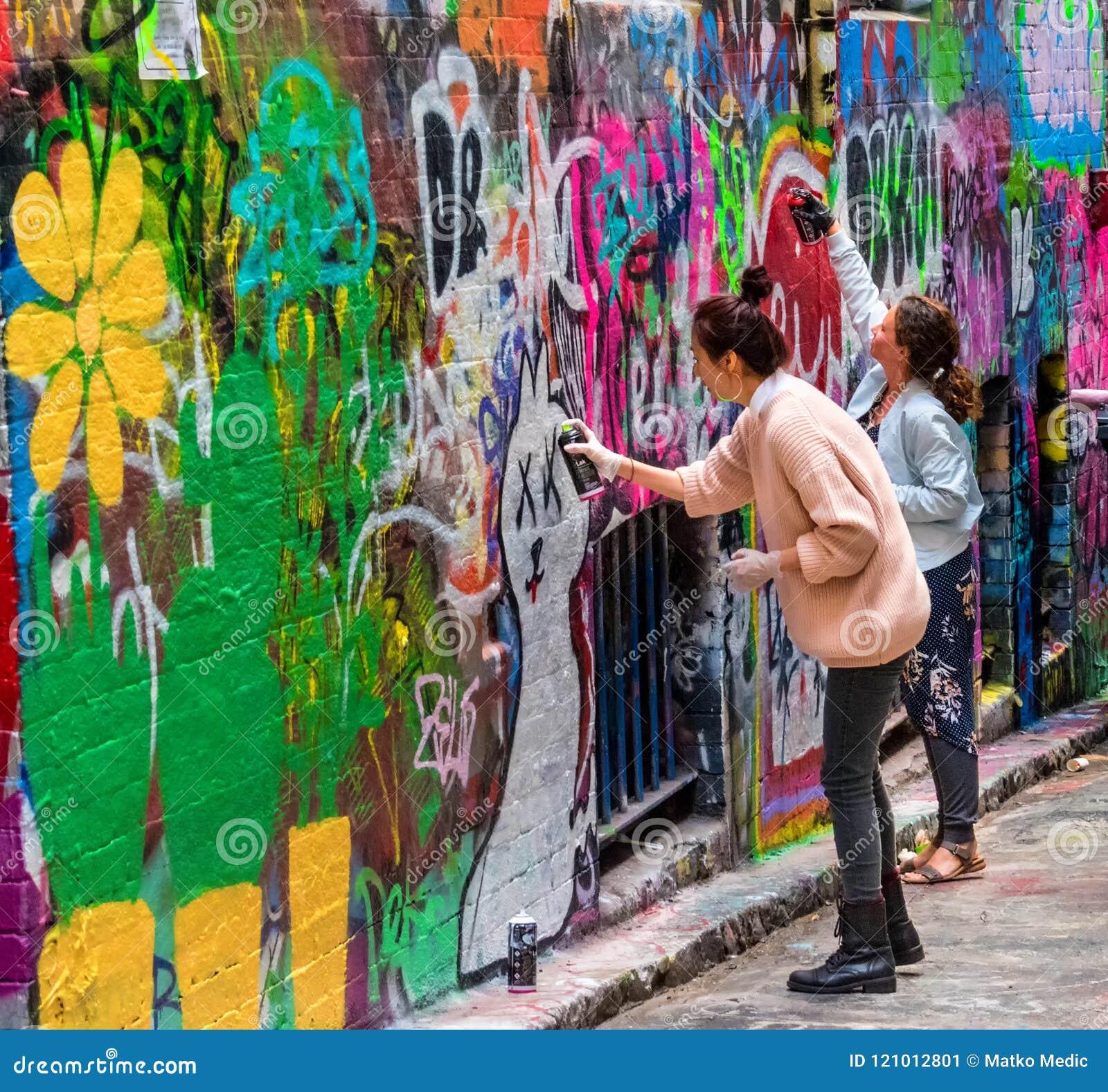 Jonge vrouwen en graffiti