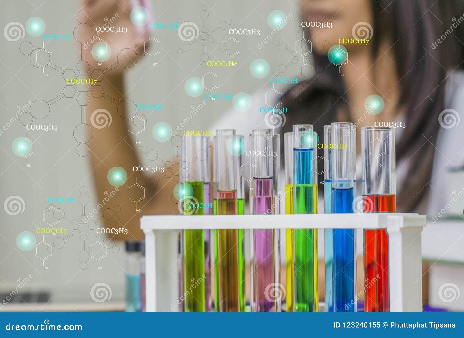 Jonge vrouwenchemicus, het Werklaboratorium, de uitrusting van de Controletest ter beschikking met teststeekproeven,