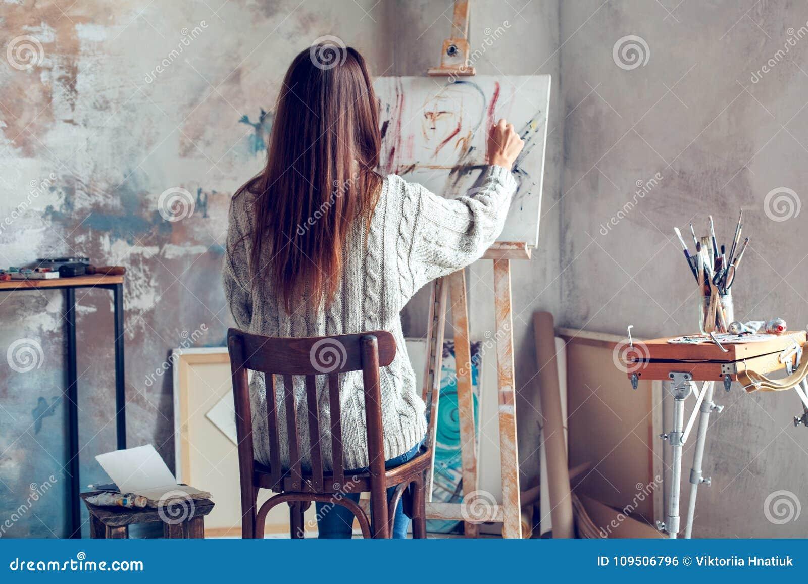 Jonge vrouwenkunstenaar die thuis creatieve persoon schilderen